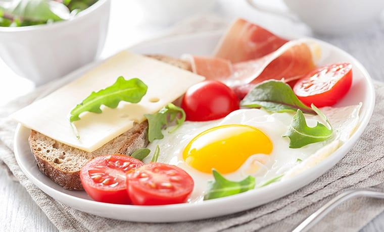 Яичница с помидорами и творогом