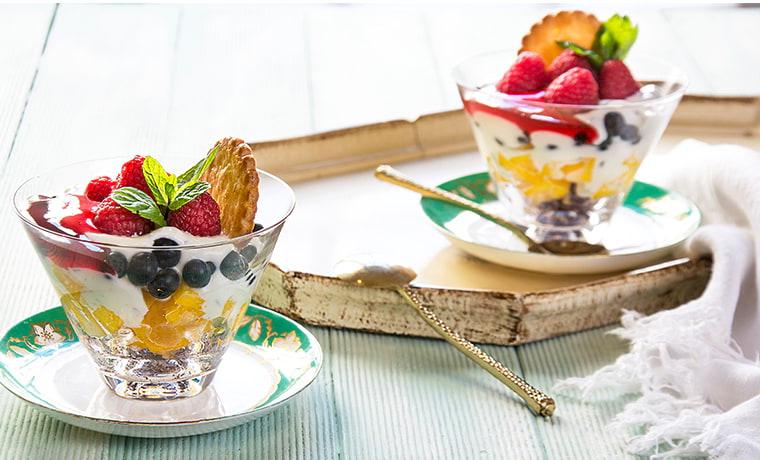 йогурт с ягодами и орехами