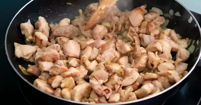 Жарим лук с мясом
