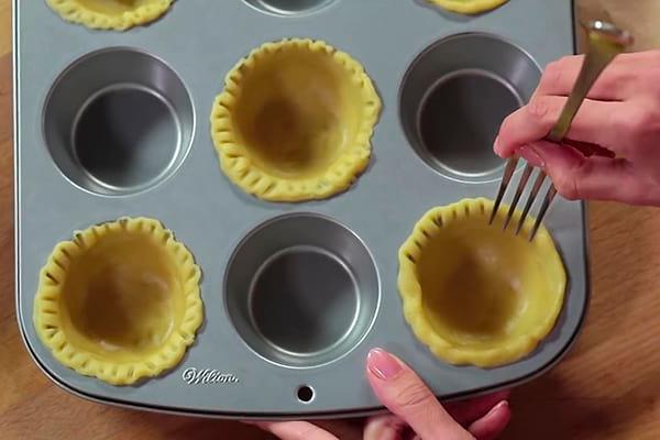 выкладываем тесто в формочки