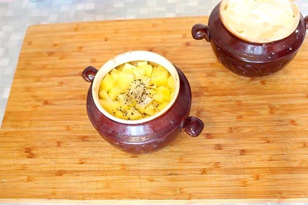 солим, перчим картофель