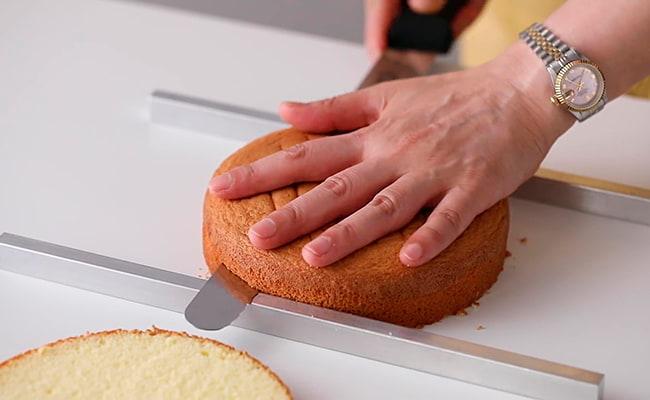 Нарезаем бисквит на коржи