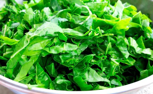 Нарезать листья шпината