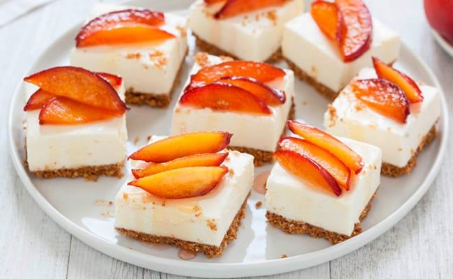 Украшаем чизкейк персиками