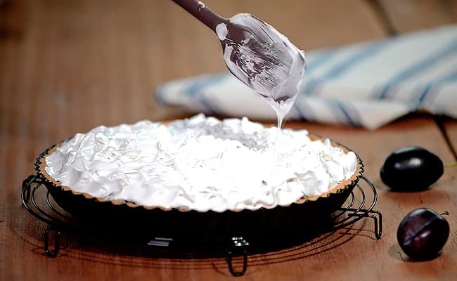 Формируем пирог, украшаем безе