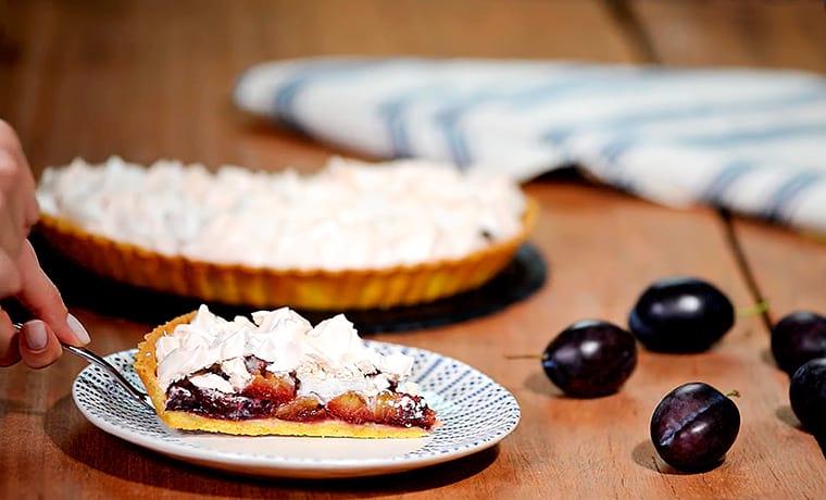 Кусок пирога со сливами