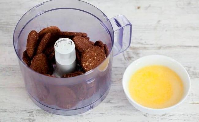 Измельчаем печенья в блендере