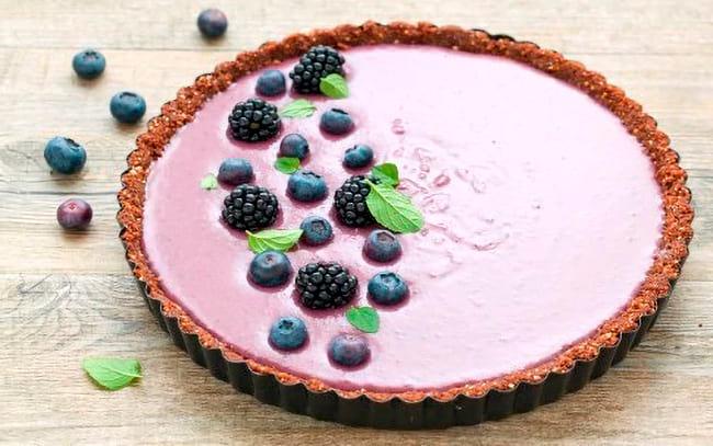 Украшаем черничный пирог ягодами