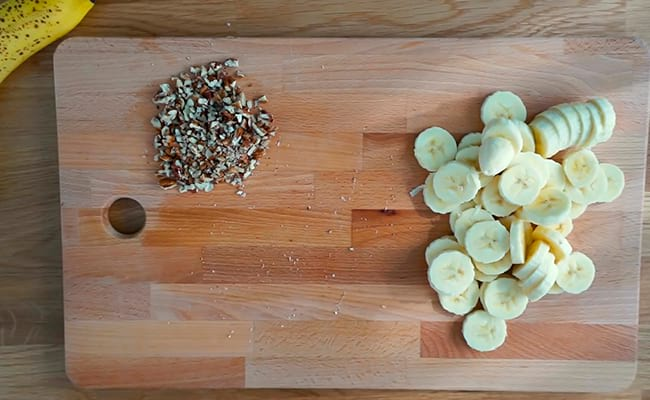 Нарезать орехи и шоколад