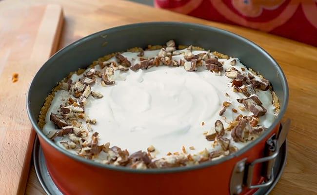 Украсить орехами и шоколадом