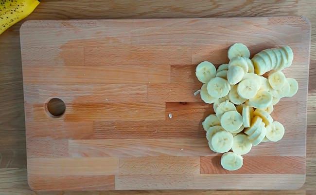 Нарезать банан на колечки