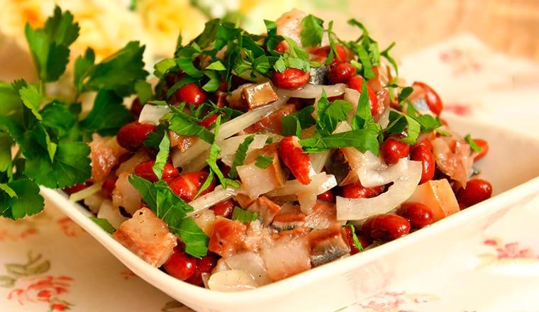 Фасолевый салат с селедкой и луком