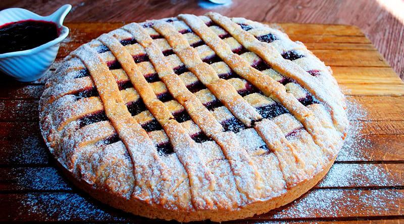 Пирог с вареньем из черной смородины