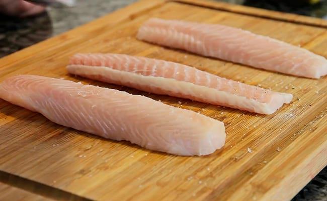 Нарезаем и обсушим рыбное филе
