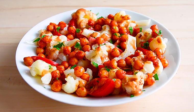 Салат: брокколи,нут, арахисовая заправка