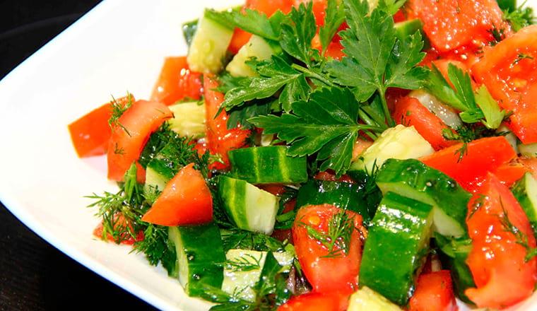 Салат с огурцами и помидорами
