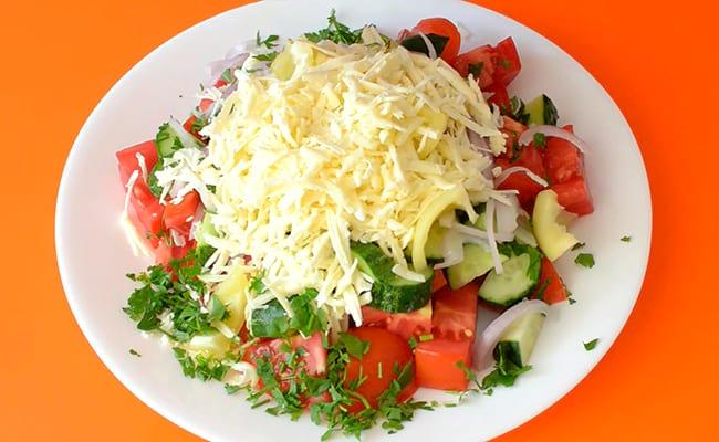Овощи посыпать сыром