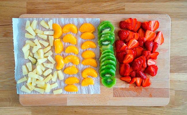 Нарезаем ягоды и фрукты