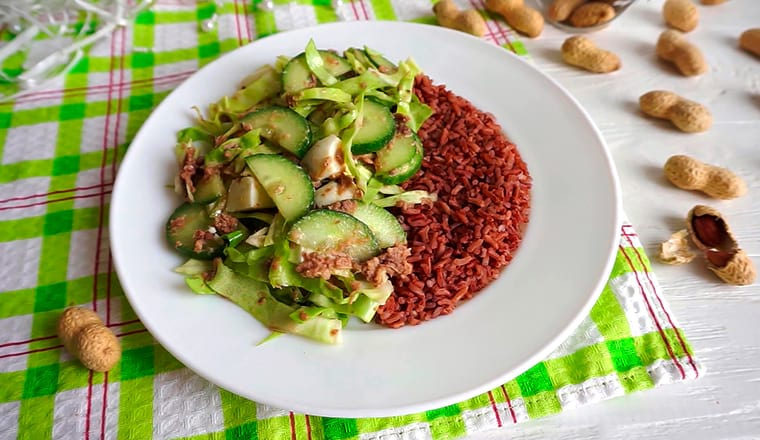 Бурый рис и овощной салат