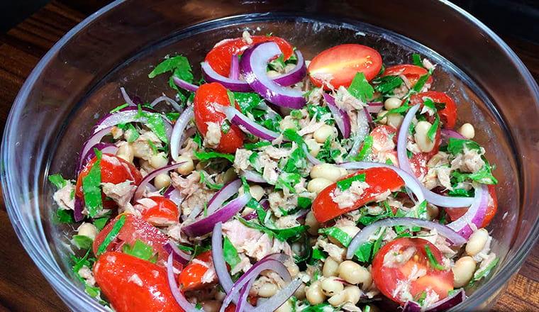 Рецепт с фасолью, луком и черри
