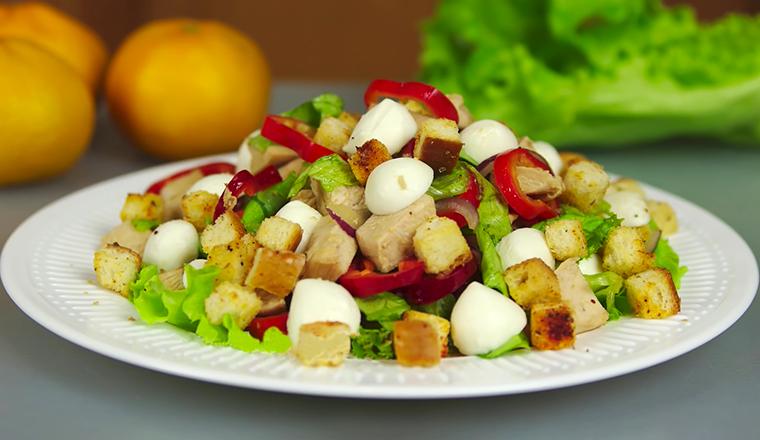 Салат с курицей, моцареллой и сухариками