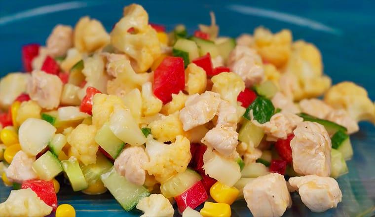 Салат с куриной грудкой и цветной капустой