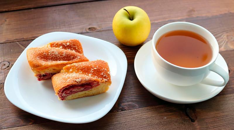 Слоеная булочка с чашкой чая