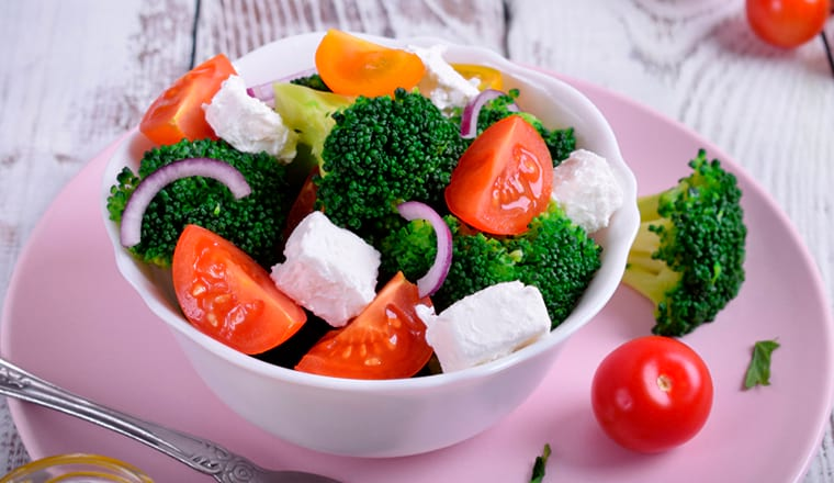 Салат с капустой брокколи и помидорами