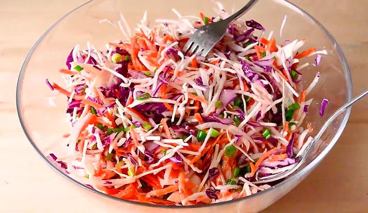 Салат из капусты с зеленой редькой