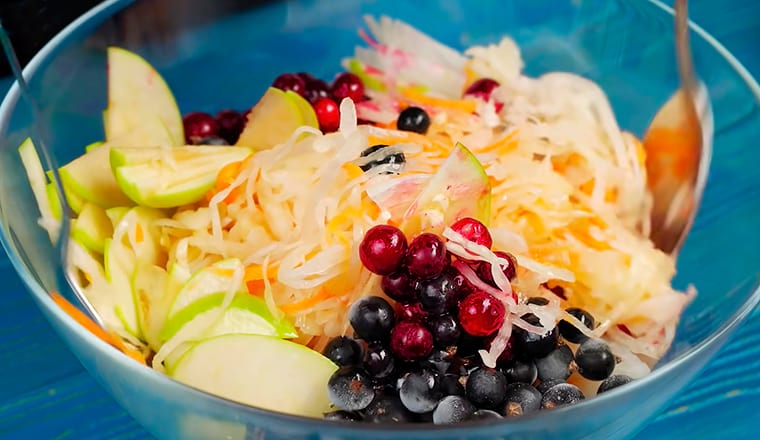 Салат с квашеной капустой и ягодами