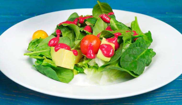 Зеленый салат с малиновой заправкой