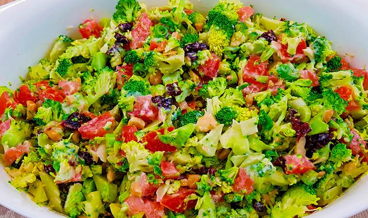 Салат с клюквой и свежими овощами