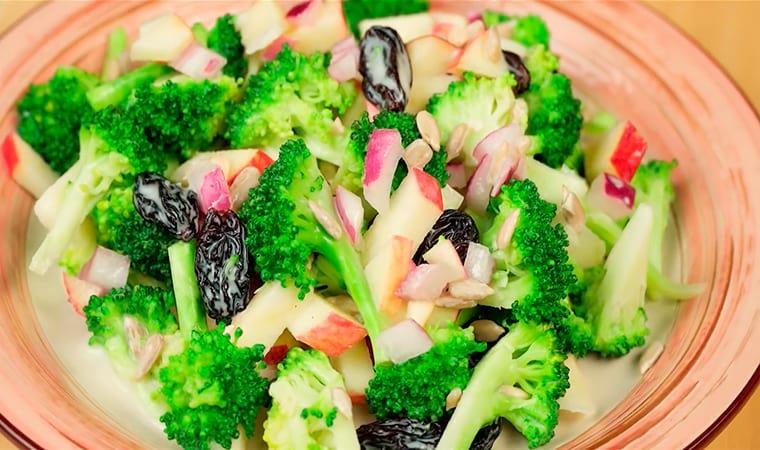 Салат с яблоками, черносливом и брокколи