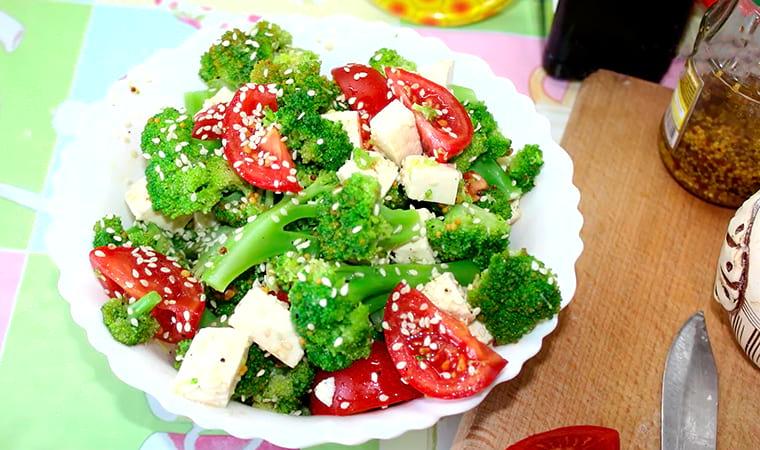 Салат с брокколи, помидорами и брынзой