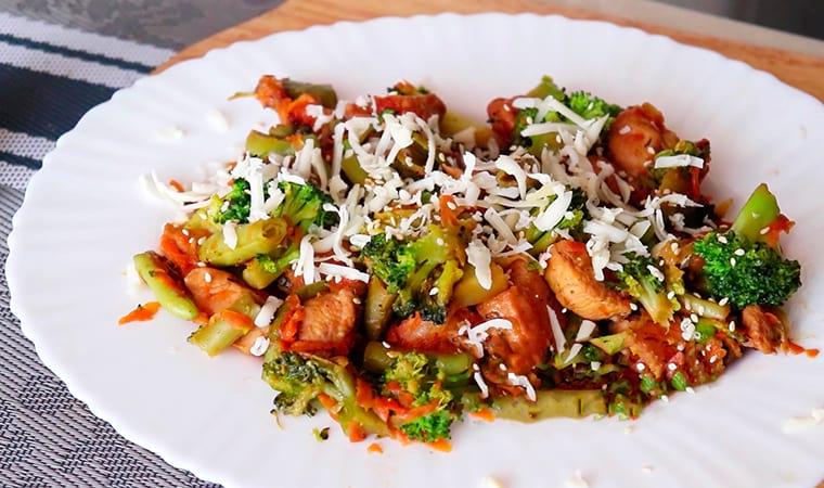 Теплый салат с брокколи, стручковой фасолью и курицей