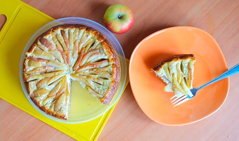 Творожная шарлотка с курагой и яблоками