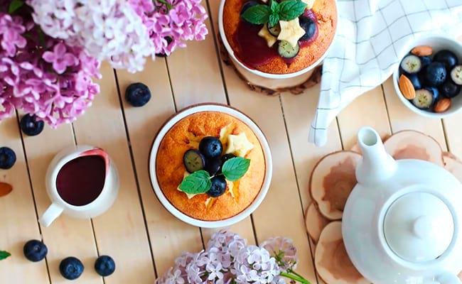 Подать запеканку с соусом, ягодами и фруктами