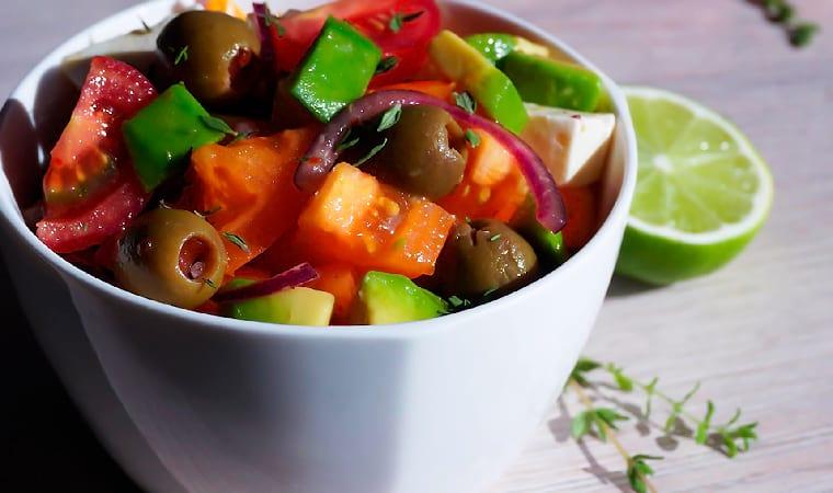 Греческий салат с авокадо и брынзой