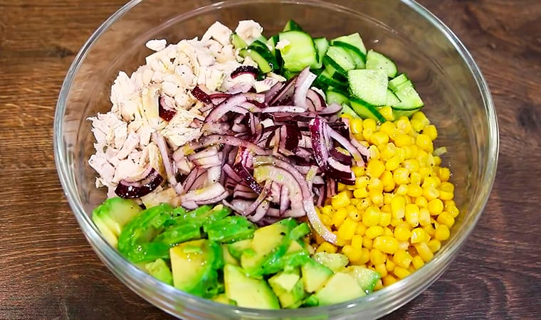 ПП-салат с авокадо, курицей и кукурузой