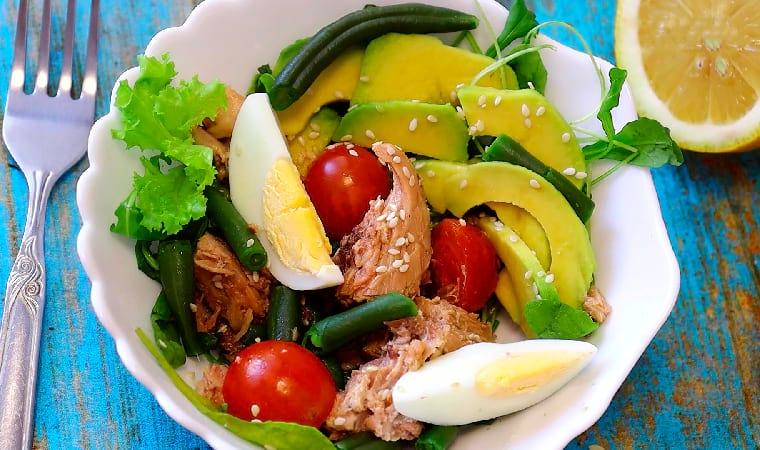Рецепт с авокадо, тунцом и яйцом