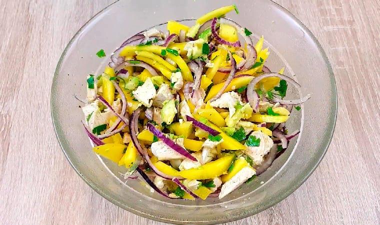 Фитнес-салат с авокадо, курицей и манго
