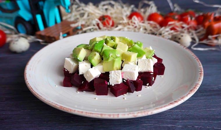 Диетический салат со свеклой, фетой и авокадо