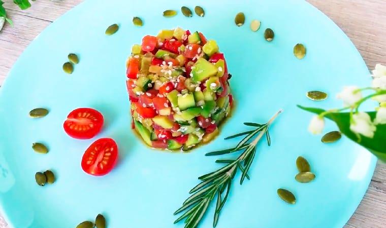 Салат в кольце с красной рыбой