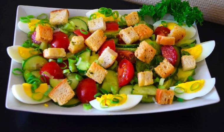 Салат с овощами, яйцом и сухариками