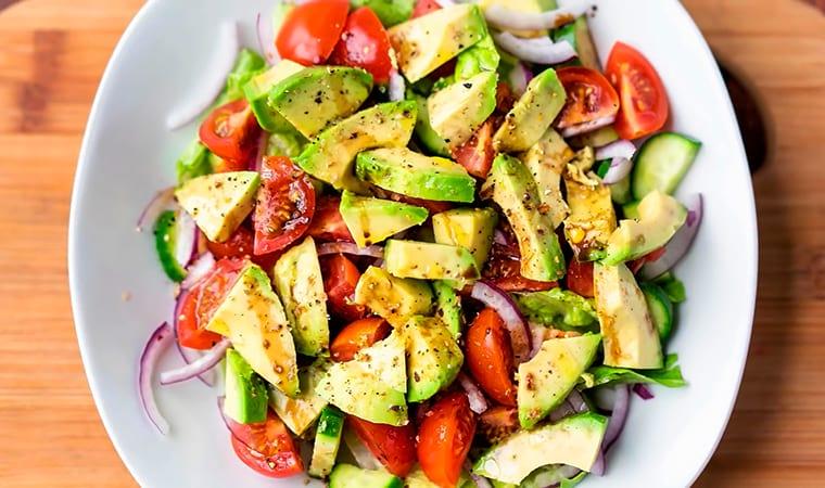 Салат с помидорами, огурцом и авокадо
