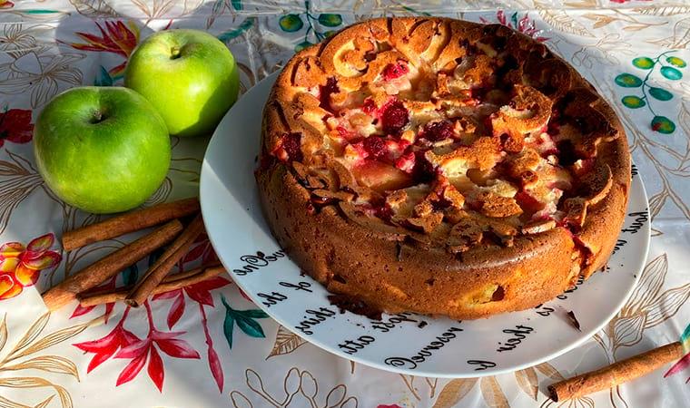Шарлотка на йогурте с яблоками и ягодами