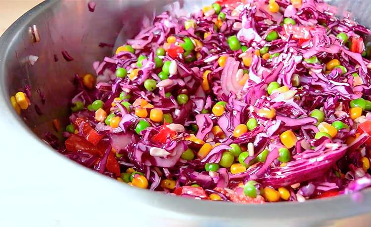 Салат с горошком, кукурузой и красной капустой
