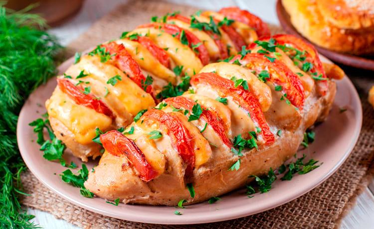 Куриное филе капризе с моцареллой и помидорами