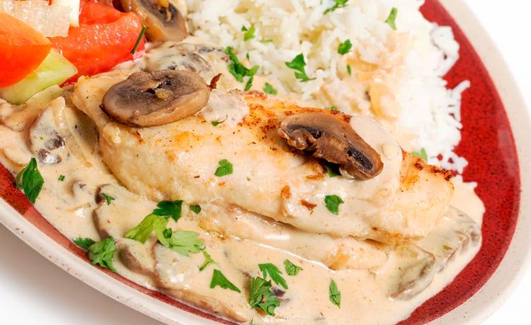 Куриное филе, тушенное с грибами в сметанном соусе