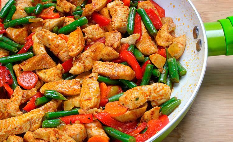 Тушеное куриное филе с овощами